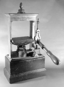 Figure 2 Bramah hydraulic press used by Michael Faraday at the Royal Institution for 220x300 ÜNLÜ MUCİTLER